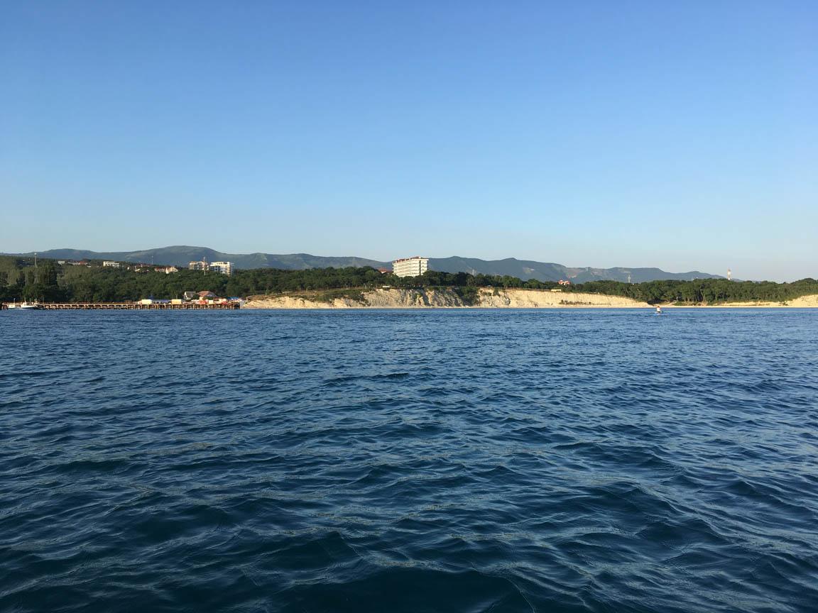 Голубая бухта. Вид с моря на берег